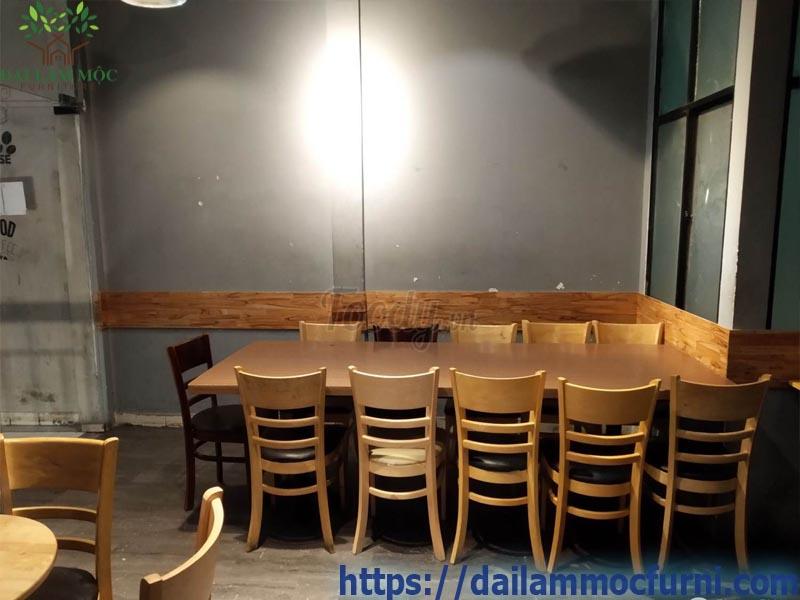 trang-tri-ban-ghe-quan-cafe